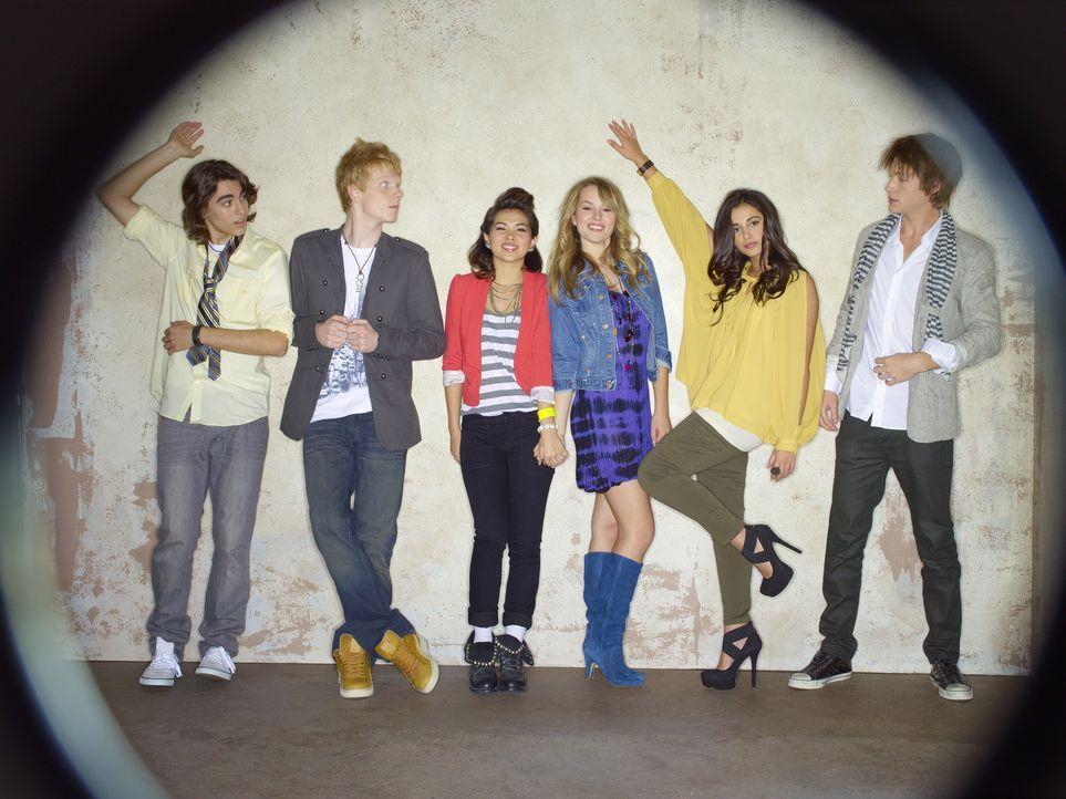 Als sich die High School-Außenseiter (v.l.n.r.) Charlie (Blake Michael), Wen (Adam Hicks), Stella (Hayley Kiyoko), Olivia (Bridgit Mendler), Mo (Na... - Bildquelle: Disney Media Distribution