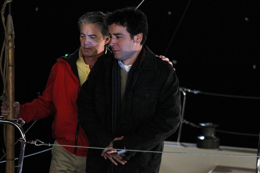 """Zoey ist mittlerweile in der Clique gern gesehen. Da Ted (Josh Radnor, r.) nicht weiß, wie Zoeys Ehemann """"der Captain"""" (Kyle MacLachlan, l.) über... - Bildquelle: 20th Century Fox International Television"""