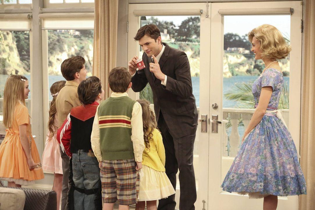 In seinem romantischen 50er-Jahre-Traum ist Walden (Ashton Kutcher, 2.v.r.) erfolgreicher Werbetexter, mit Kate (Brooke D'Orsay, r.) verheiratet und... - Bildquelle: Warner Brothers Entertainment Inc.