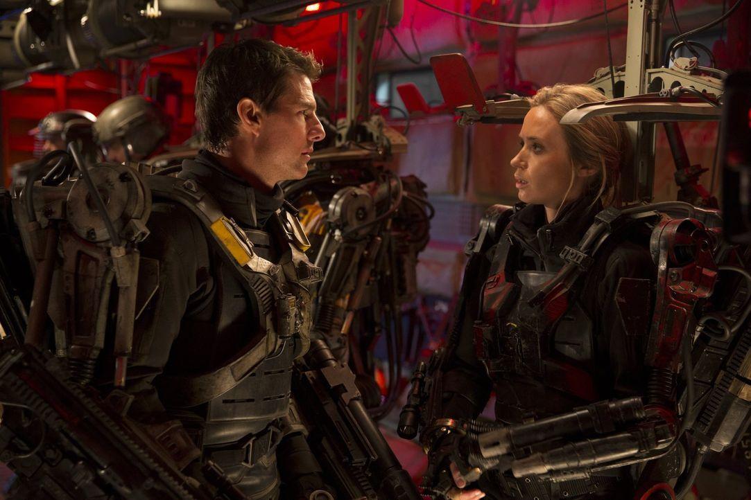 Haben beide Erfahrungen mit Zeitschleifen gemacht, müssen diese im Kampf gegen eine feindliche Alienrasse einsetzen und dabei immer und immer wieder... - Bildquelle: Warner Bros. Television