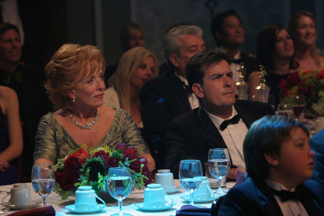 Jake (Angus T. Jones, r.) und Evelyn (Holland Taylor, l.) freuen sich auf die Preisverleihung, denn Charlie (Charlie Sheen, M.) ist für den besten... - Bildquelle: Warner Brothers Entertainment Inc.