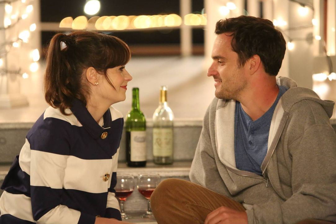 Jess (Zooey Deschanel, l.) und Nick (Jake M. Johnson, r.) laden die Gang auf eine Schiffsreise ein, die sie noch als Paar gebucht hatten ... - Bildquelle: 2014 Twentieth Century Fox Film Corporation. All rights reserved.