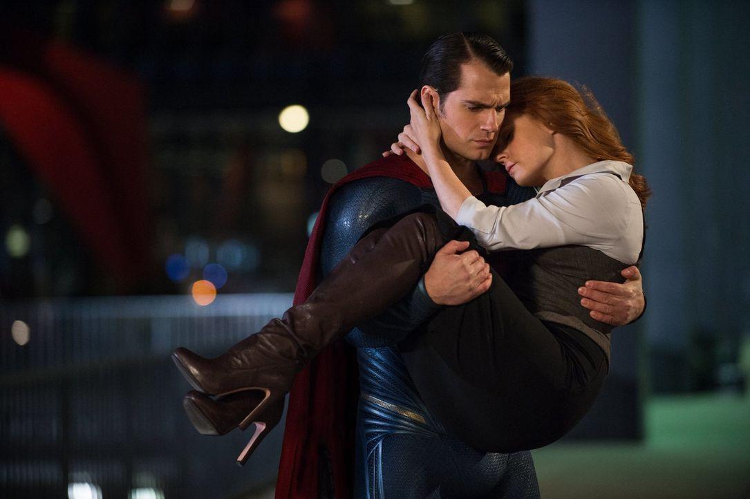 Clark Kent alias Superman (Henry Cavill, l.) versucht alles, um Lois (Amy Adams, r.) zu beschützen, doch dann wird auch noch seine Ziehmutter entfüh... - Bildquelle: Warner Bros.