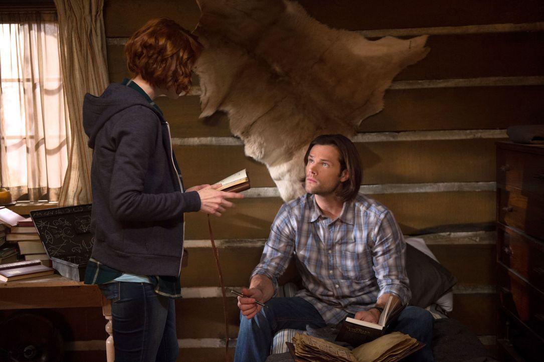 Eigentlich hatten Charlie (Felicia Day, l.) und Sam (Jared Padalecki, r.) gehofft, endlich wichtige Informationen über das Kainsmal im Buch der Verd... - Bildquelle: 2016 Warner Brothers