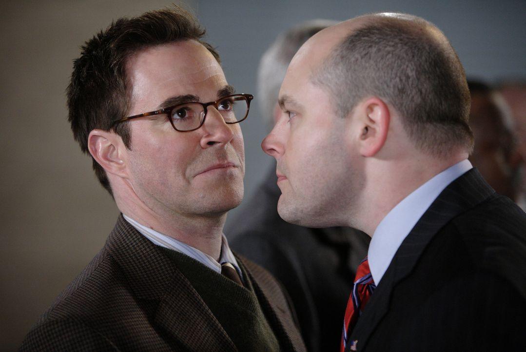Will zwei vermeintliche Terroristen stellen: Ron Fox (Rob Corddry, r.) im Gespräch mit Dr. Jack Beecher (Roger Bart, l.) ... - Bildquelle: Warner Brothers