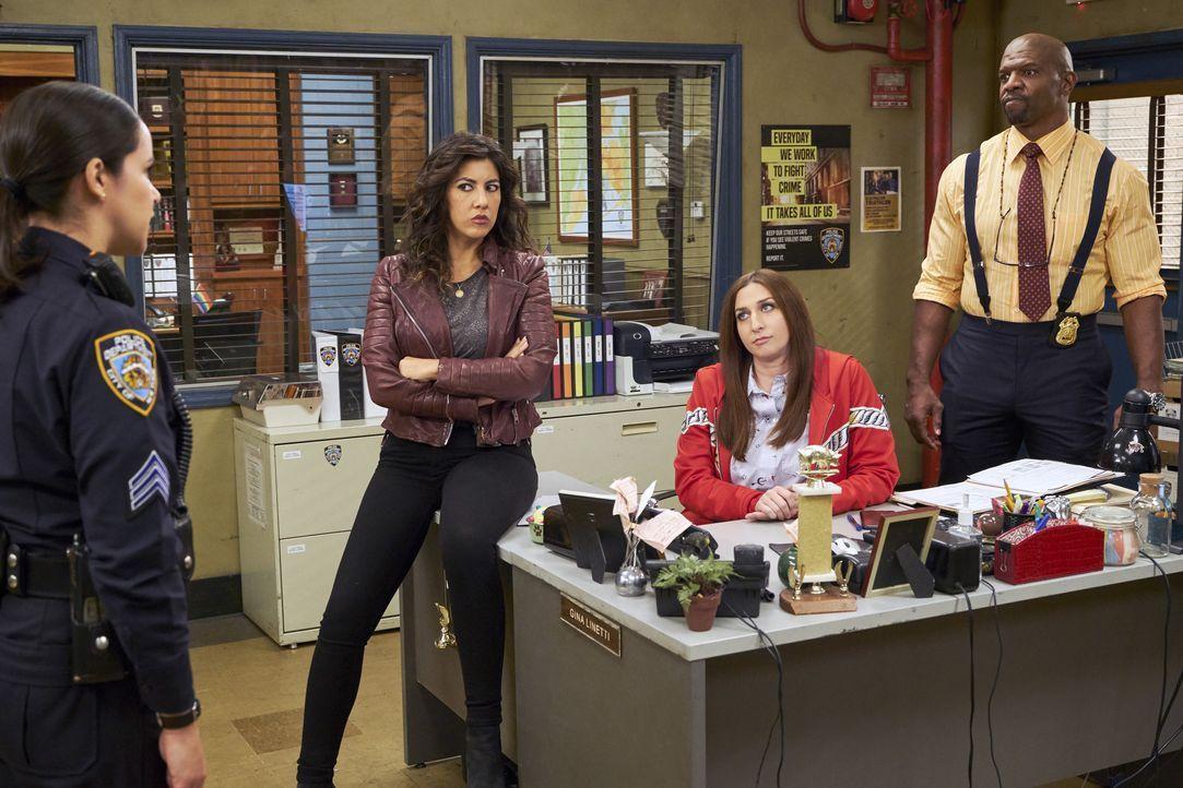 (v.l.n.r.) Amy Santiago (Melissa Fumero); Rosa Diaz (Stephanie Beatriz); Gina Linetti (Chelsea Peretti); Terry Jeffords (Terry Crews) - Bildquelle: John P. Fleenor 2018 UNIVERSAL TELEVISON LLC. All rights reserved. / John P. Fleenor