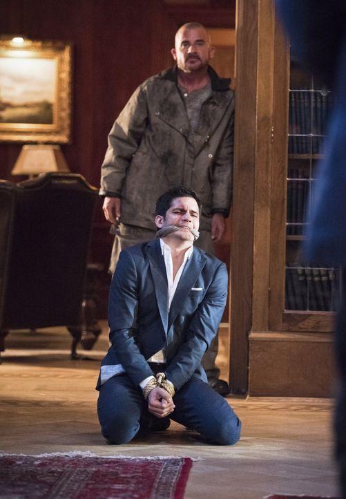 Als Ciscos Bruder Dante (Nicholas Gonzalez, vorne) in die Hände von Mick Rory alias Heat Wave (Dominic Purcell, hinten) fällt, beginnt für Flash ein... - Bildquelle: Warner Brothers.