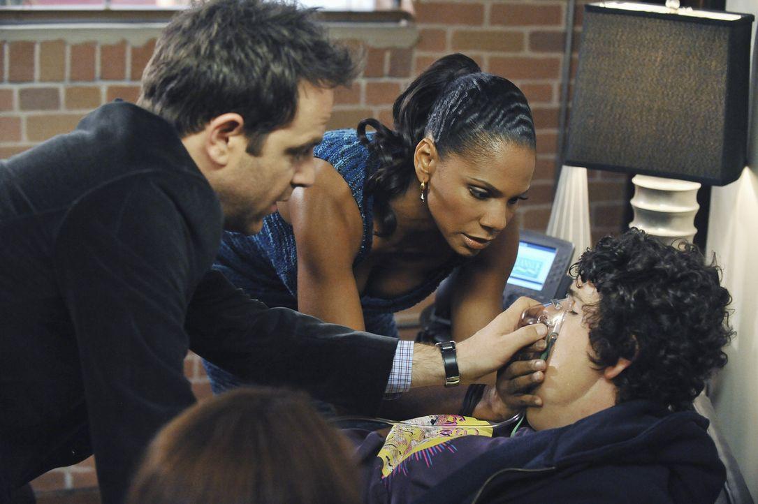 Justin (Brett DelBuono, r.), der sich in kurzer Zeit ein beträchtliches Polster angefressen hat, erscheint in der Praxis und outet sich als Missbra... - Bildquelle: ABC Studios