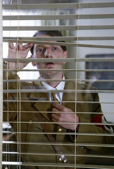 Geswitcht: Hitler (Michael Kessler) übernimmt Strombergs Büro ... - Bildquelle: ProSieben
