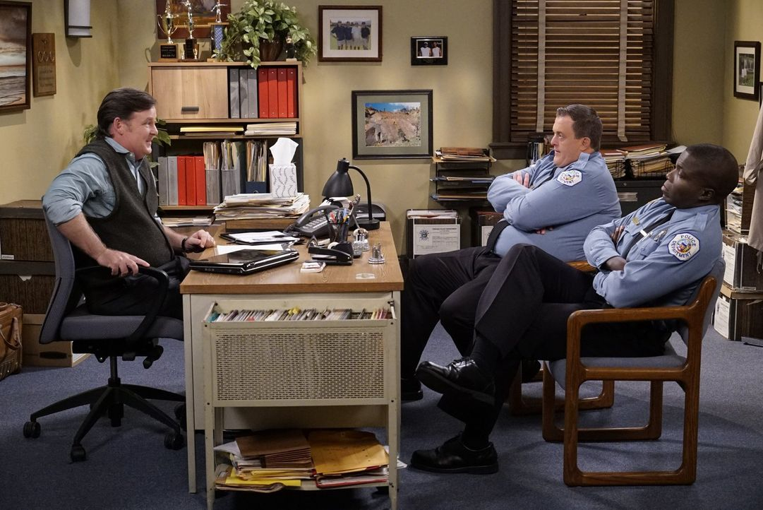Mike (Billy Gardell, 2.v.r.) und Carl (Reno Wilson, r.) wollen ihre Probleme in den Griff bekommen und gehen zur Paartherapie bei Dr. Jeffries (Joel... - Bildquelle: Warner Brothers
