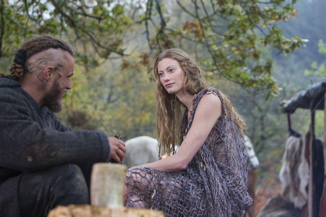 Als Ragnar (Travis Fimmel, l.) die mysteriöse Aslaug (Alyssa Sutherland, r.) kennen lernt, vergisst er völlig, dass zu Hause eine Frau auf ihn warte... - Bildquelle: 2013 TM TELEVISION PRODUCTIONS LIMITED/T5 VIKINGS PRODUCTIONS INC. ALL RIGHTS RESERVED.