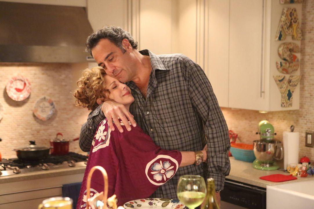 Elaine (Elizabeth Perkins, l.) ist stolz auf Max (Brad Garrett, r.), als dieser nicht nur Polly, sondern auch Julian hilft ... - Bildquelle: 2013 American Broadcasting Companies. All rights reserved.