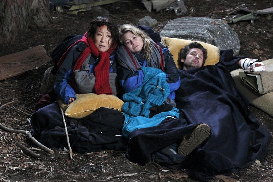 Werden sie die Nacht überstehen? Derek (Patrick Dempsey, r.), Meredith (Ellen Pompeo, M.) und Cristina (Sandra Oh, l.) ... - Bildquelle: Touchstone Television