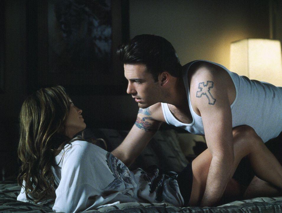 Liebe mit Risiko: Gigli (Ben Affleck, r.) und Ricki (Jennifer Lopez, l.) ... - Bildquelle: 2004 Sony Pictures Television International. All Rights Reserved.
