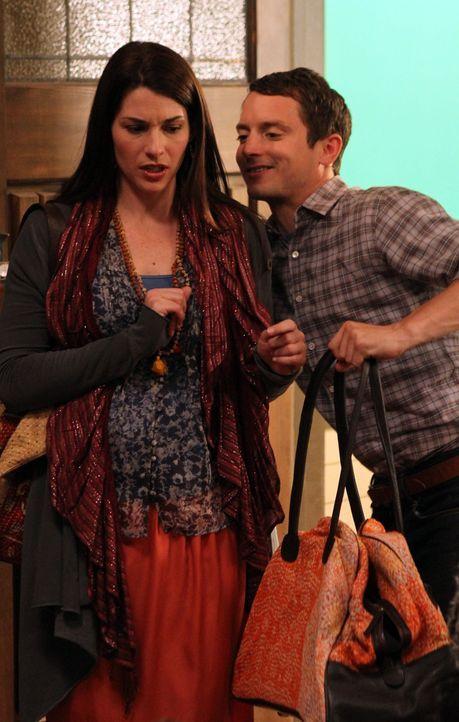 Kristen (Dorian Brown, l.) kommt endlich zurück aus Indien. Eine Überraschung für ihren Bruder Ryan (Elijah Wood, r.), mit dem sie lange keinen Kont... - Bildquelle: 2011 FX Networks, LLC. All rights reserved.