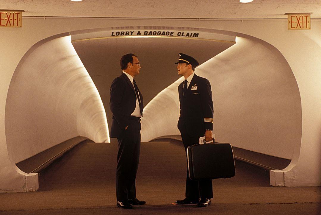 Als FBI-Agent Carl Hanratty (Tom Hanks, l.) zufällig auf seine Zielperson stößt, kann Frank Abagnale (Leonardo DiCaprio, r.) ihm erneut ein Schni... - Bildquelle: TM &   2003 DreamWorks LLC. All Rights Reserved
