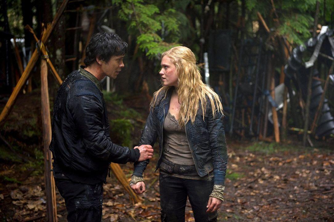 Fliehen oder kämpfen? Für welchen Schritt werden sich Bellamy (Bob Morley, l.) und Clarke (Eliza Taylor, r.) entscheiden ... - Bildquelle: Warner Brothers