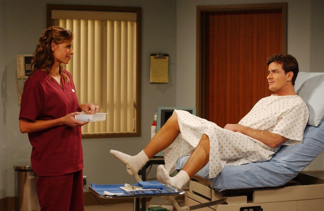 Naomi (Jenna Gering, l.); Charlie Harper (Charlie Sheen, r.) - Bildquelle: Warner Brothers Entertainment Inc.