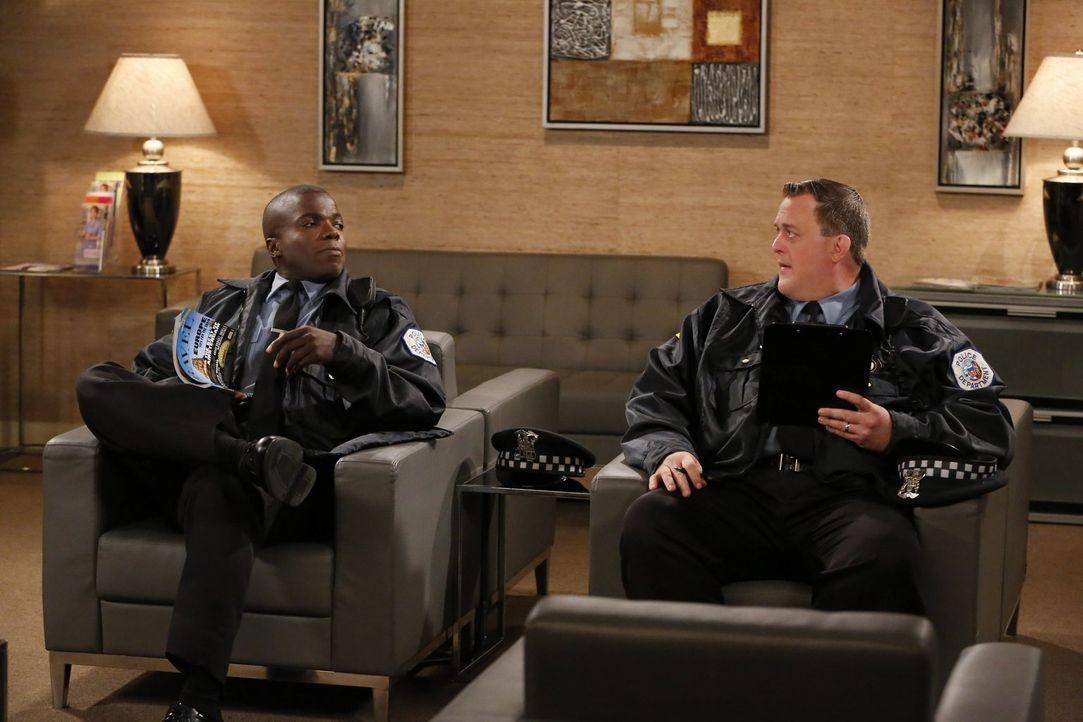Auf Mike (Billy Gardell, r.) und Carl (Reno Wilson, l.) wartet eine ärztliche Untersuchung ... - Bildquelle: Warner Brothers