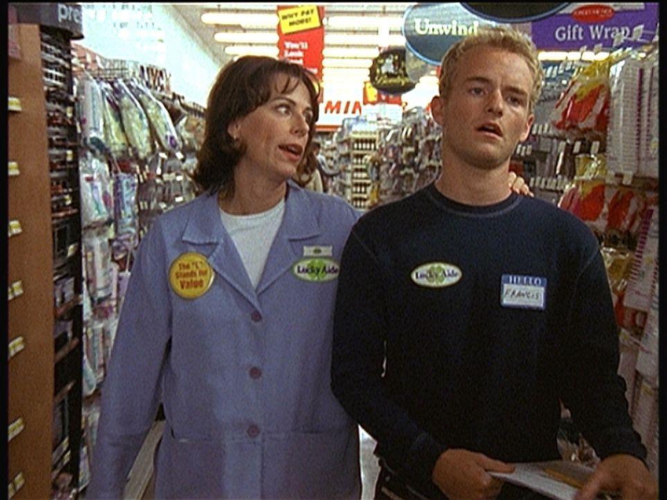 Francis (Christopher Masterson, r.) jobbt während der Osterferien bei Lois (Jane Kaczmarek, l.) im Supermarkt. - Bildquelle: TM +   2000 Twentieth Century Fox Film Corporation. All Rights Reserved.