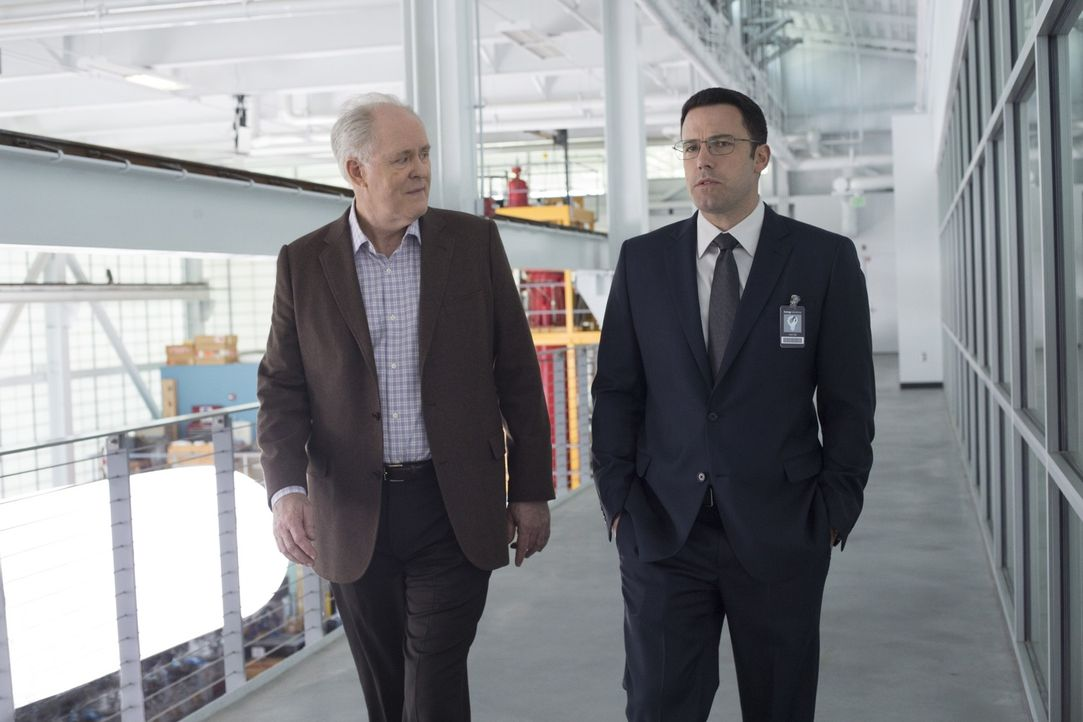 Lamar Blackburn (John Lithgow, l.); Christian Wolff (Ben Affleck, r.) - Bildquelle: Warner Bros.