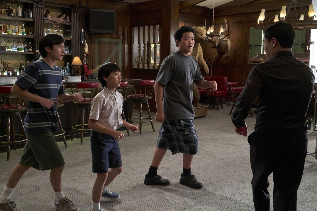 (v.l.n.r.) Emery Huang (Forrest Wheeler); Evan Huang (Ian Chen); Eddie Huang (Hudson Yang); Louis Huang (Randall Park) - Bildquelle: 2018-2019 American Broadcasting Companies.  All rights reserved.