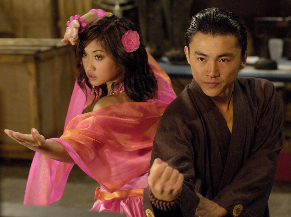 Kurz vor der Wahl der Ballkönigin erscheint ein mysteriöser Mönch (Shin Koyamada, r.) und erzählt Wendy Wu (Brenda Song, l.) eine unglaubliche G... - Bildquelle: Buena Vista International Television