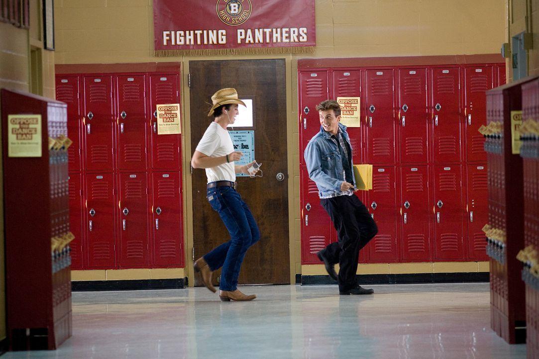 Als Ren (Kenny Wormald, r.) beschließt, das Tanzverbot des Stadtrates zu brechen, findet er sofort einen wichtigen Verbündeten in Willard (Miles T... - Bildquelle: 2010 Paramount Pictures. All Rights Reserved.