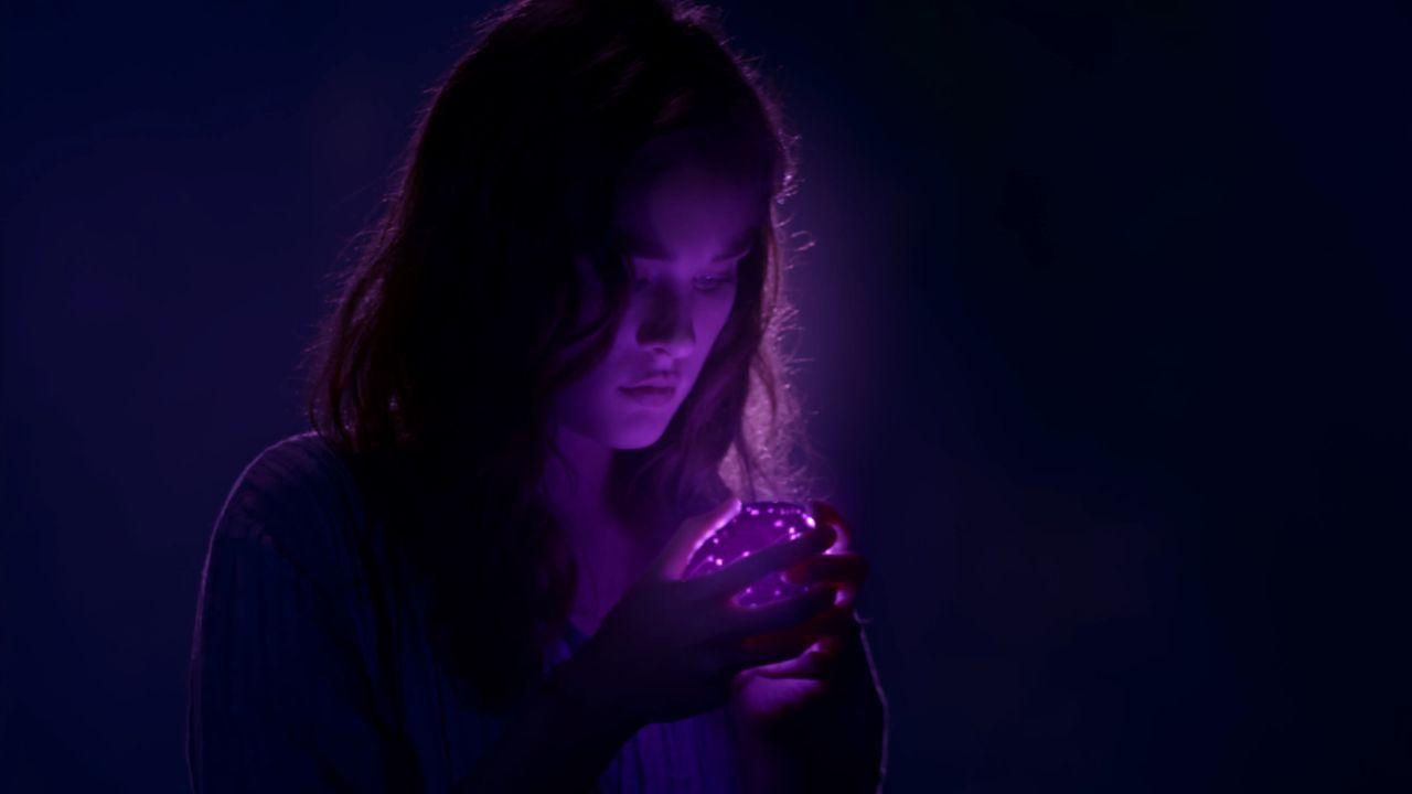 In welcher Verbindung stehen Melanie (Grace Victoria Cox) und die Kuppel? - Bildquelle: 2014 CBS Broadcasting Inc. All Rights Reserved.