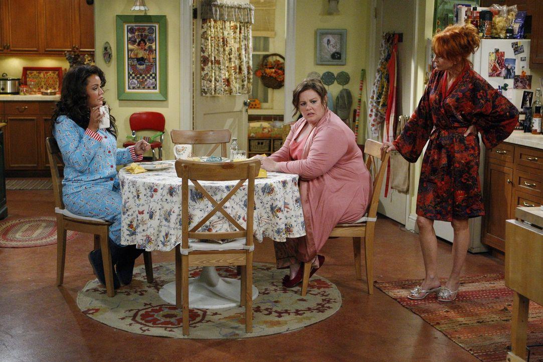Mollys (Melissa McCarthy, M.) Mutter Joyce (Swoosie Kurtz, r.) und Schwester Victoria (Katy Mixon, l.) haben immer einen ganz besonderen Ratschlag f... - Bildquelle: Warner Brothers