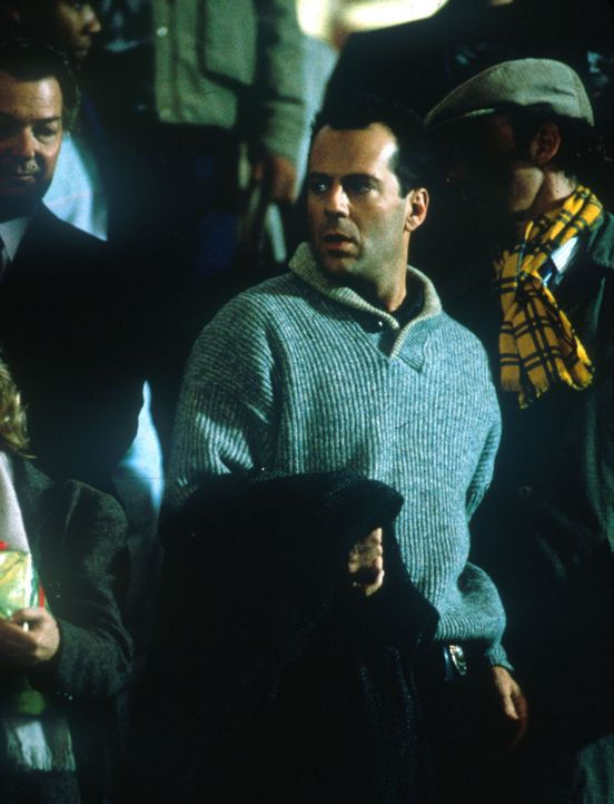 Als der Colonel Stuart mit seinem Terrorkommando den Airport von Washington besetzt, bemerkt nur der Polizist McLane (Bruce Willis), der seine Frau... - Bildquelle: 20th Century Fox