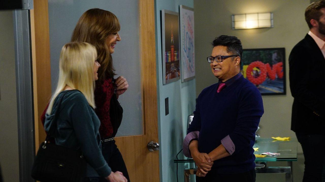Bonnie (Allison Janney, 2.v.l.) und Christy (Anna Faris, l.) werden von Milo (Alec Mapa, r.) beim Treffen der Anonymen Alkoholiker empfangen, das si... - Bildquelle: 2015 Warner Bros. Entertainment, Inc.