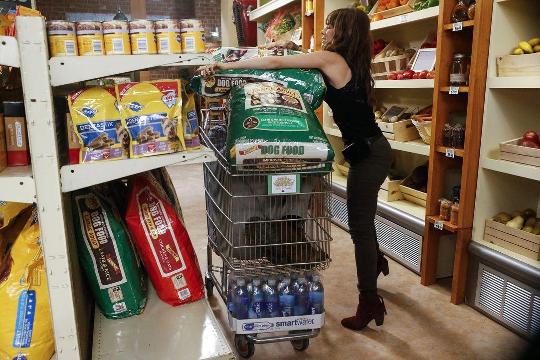 George (Jeremy Sisto, l.) versucht zu verhindern, dass Dallas ihn und mit Nora (Natasha Leggero, r.) im Supermarkt nicht sieht. Doch ist sein Verste... - Bildquelle: Warner Brothers