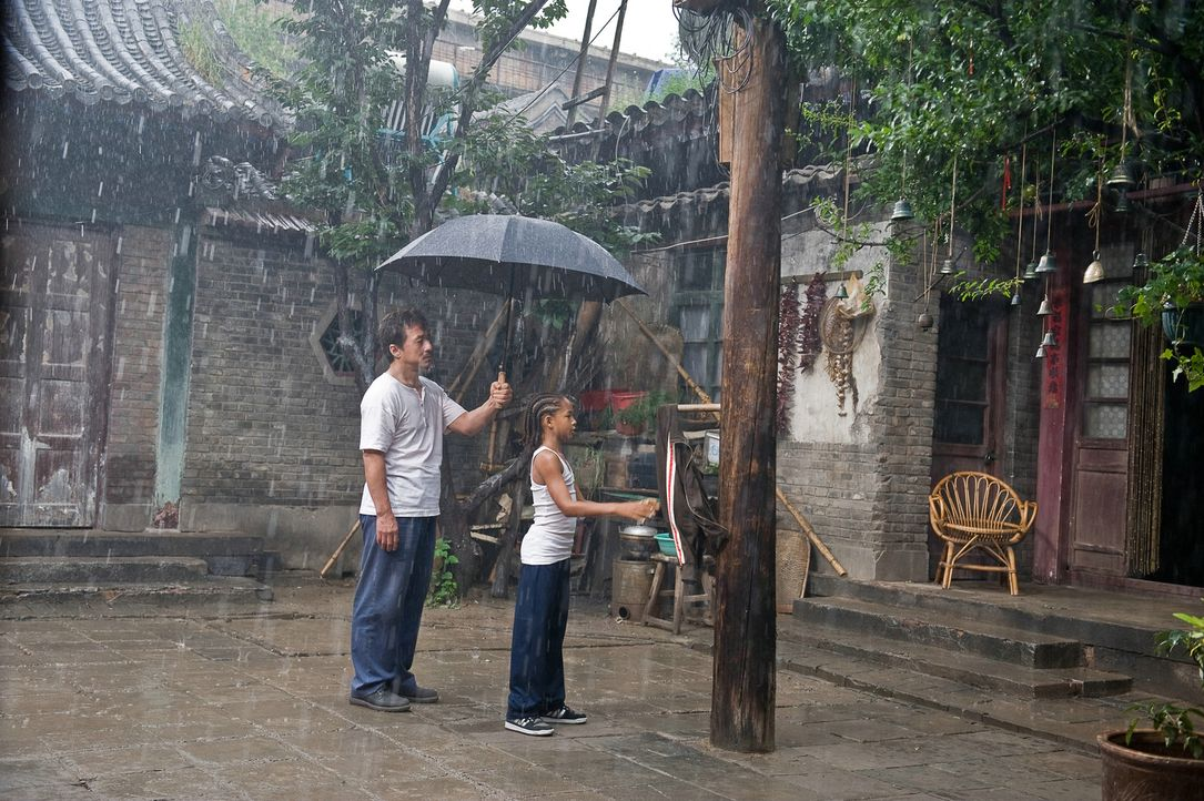 Dre (Jaden Smith, r.) kann es nicht glauben: Statt zu trainieren, gibt ihm Mr. Han (Jackie Chan, l.) die scheinbar völlig sinnlose Aufgabe, immer w... - Bildquelle: 2010 CPT Holdings, Inc. All Rights Reserved.