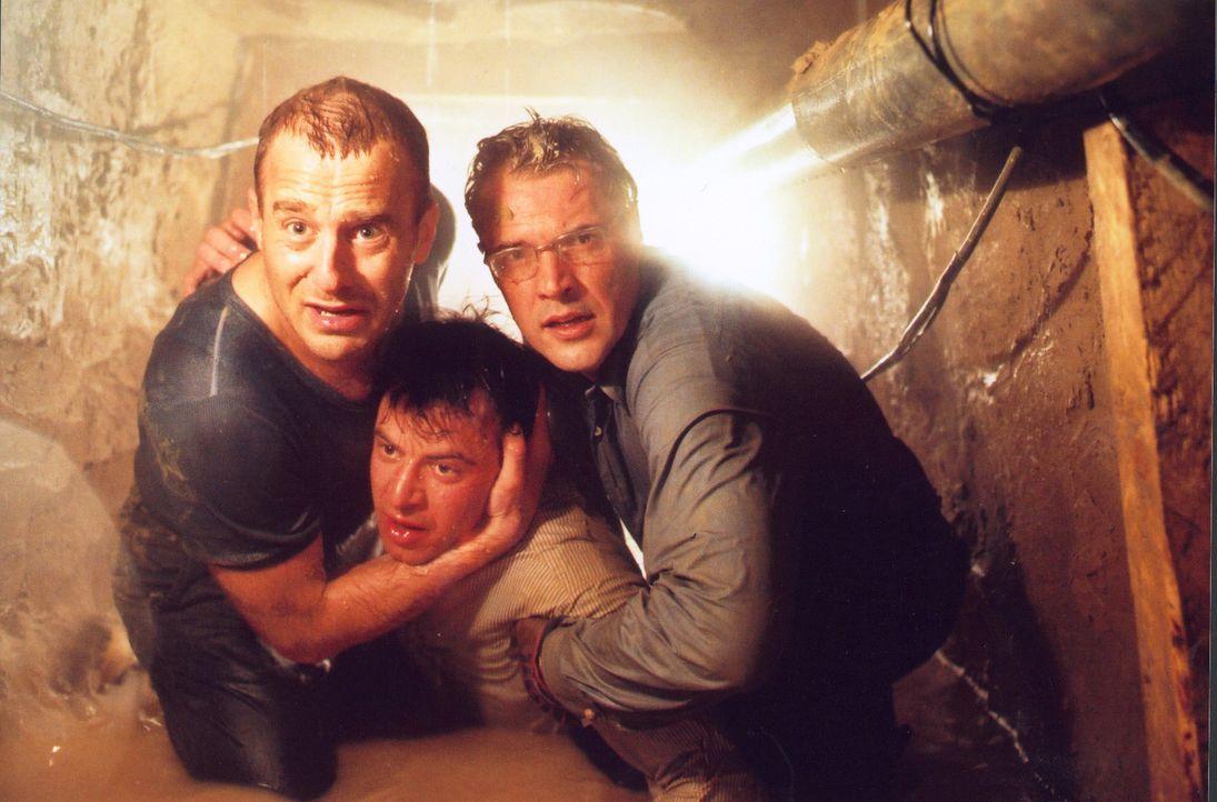 Mit letzter Kraft retten Harry (Heino Ferch, l.) und Matthis (Sebastian Koch, r.) Fred von Klausnitz (Felix Eitner, M.) vor dem plötzlichen Wassere... - Bildquelle: Sat.1