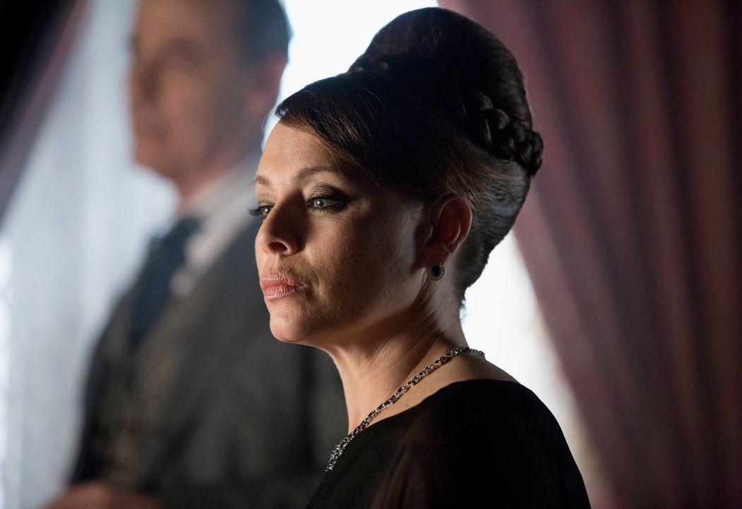 Als sich herausstellt, dass Penguins Vater krank ist, beschließt Grace (Melinda Clarke), den vermeintlichen Alleinerben Penguin aus dem Weg zu schaf... - Bildquelle: Warner Brothers