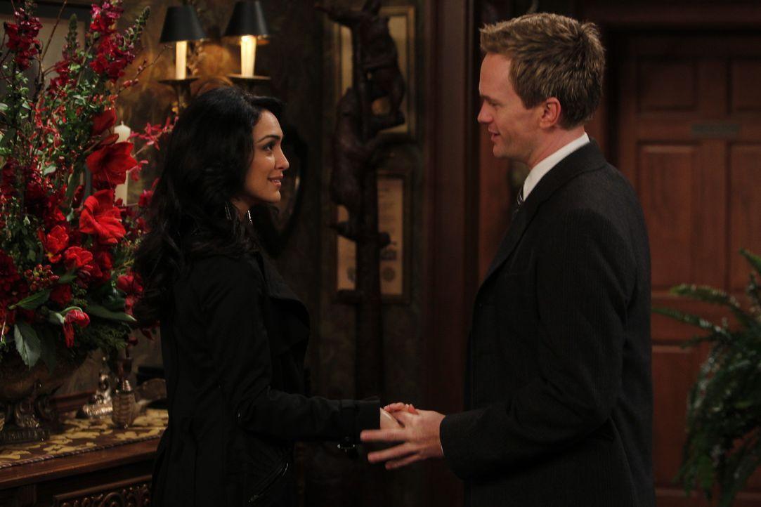 Während Robin ein Date mit einem Mann, der sich wie ein Hund aufführt, denkt Barney (Neil Patrick Harris, r.), dass mit ihm etwas nicht stimmt, da... - Bildquelle: 20th Century Fox International Television