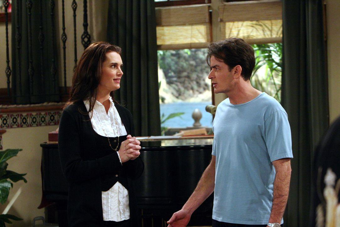 Danielle (Brooke Shields, l.), die attraktive neue Nachbarin, stellt sich Charlie (Charlie Sheen, r.) vor ... - Bildquelle: Warner Brothers Entertainment Inc.