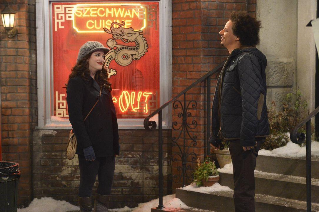Als Max (Kat Dennings, l.) herausfindet, wie Deke (Eric André, r.) wohnt, ist sie etwas schockiert ... - Bildquelle: Warner Brothers Entertainment Inc.