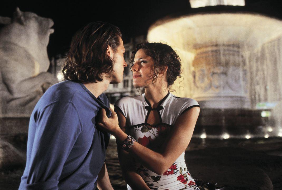 Die Liebe ist ein seltsames Spiel: Sebastian Bernstein (Sebastian Ströbel, l.) und Lucy (Jasmin Gerat, r.) ... - Bildquelle: Constantin