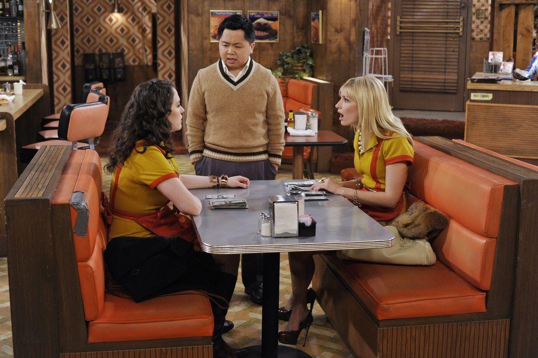 Han (Matthew Moy, M.) versucht die Streitereien seiner beiden Mitarbeiterinnen Max (Kat Dennings, l.) und Caroline (Beth Behrs, r.) zu schlichten: D... - Bildquelle: Warner Brothers