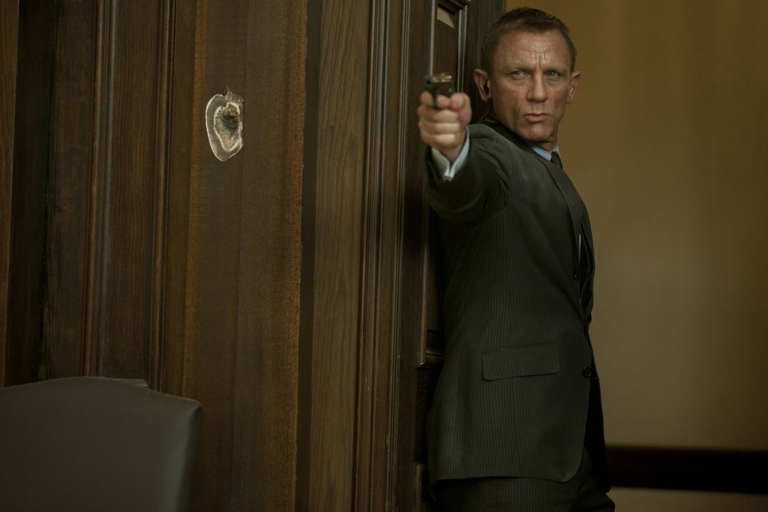 Als Silva im Hauptquartier des MI6 versucht, M zu töten, müssen Bond (Daniel Craig) und Gareth Mallory volles Risiko gehen, um die Chefin zu retten... - Bildquelle: Skyfall   2012 Danjaq, LLC, United Artists Corporation and Columbia Pictures Industries, Inc. All rights reserved.