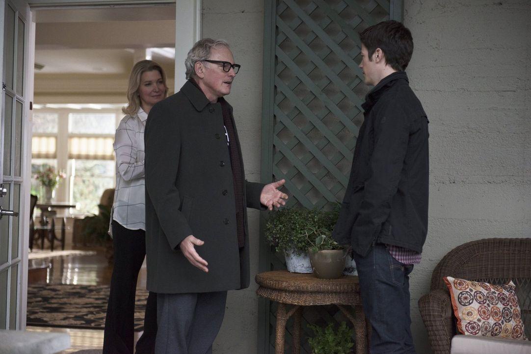 Clarissa (Isabella Hofmann, l.) ist überglücklich, als Barry (Grant Gustin, r.) zusammen mit ihrem Ehemann  Dr. Stein (Victor Garber, M.) bei ihr vo... - Bildquelle: Warner Brothers.