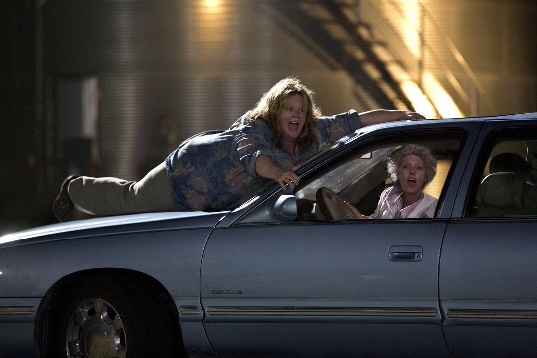 Tammy (Melissa McCarthy, l.) steht am Ende eines Nervenzusammenbruchs, als ihr Mann sie betrügt und sie von ihrem Chef gefeuert wird. Also will sie... - Bildquelle: Warner Bros. Television