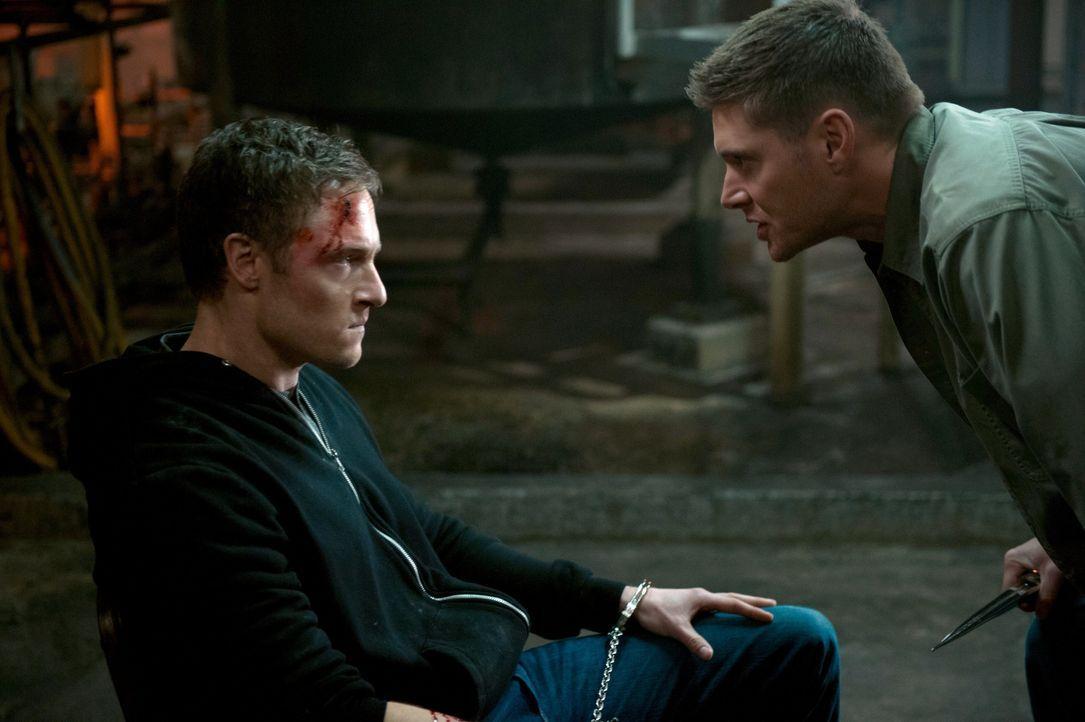 Während Dean (Jensen Ackles, r.) ein nicht ganz so freundliches Interview mit Gadreel (Tahmoh Penikett, l.) führt, macht sich Sam auf die Suche nach... - Bildquelle: 2013 Warner Brothers