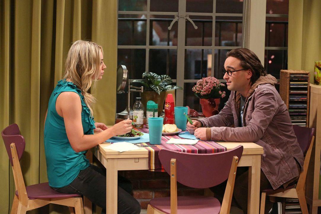 Penny (Kaley Cuoco, l.) und Leonard (Johnny Galecki, r.) stehen vor einem großen Konflikt, als Leonard eine Stelle in Übersee angeboten bekommt ... - Bildquelle: Warner Bros. Television