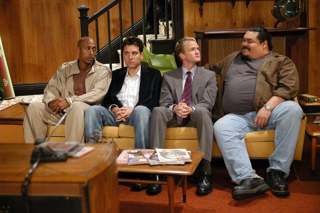 Security-Frau Sascha lädt Barney (Neil Patrick Harris, 2.v.r.) und Ted (Josh Radnor, 2.v.l.) auf eine kleine Party zu sich nach Hause ein ... - Bildquelle: 20th Century Fox International Television