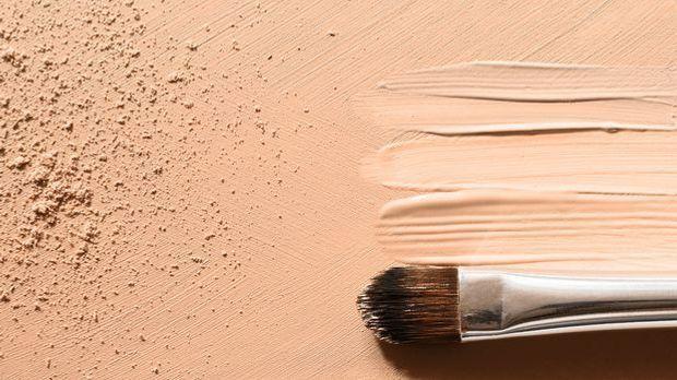 Flüssige Foundation mit Make-Up-Pinsel