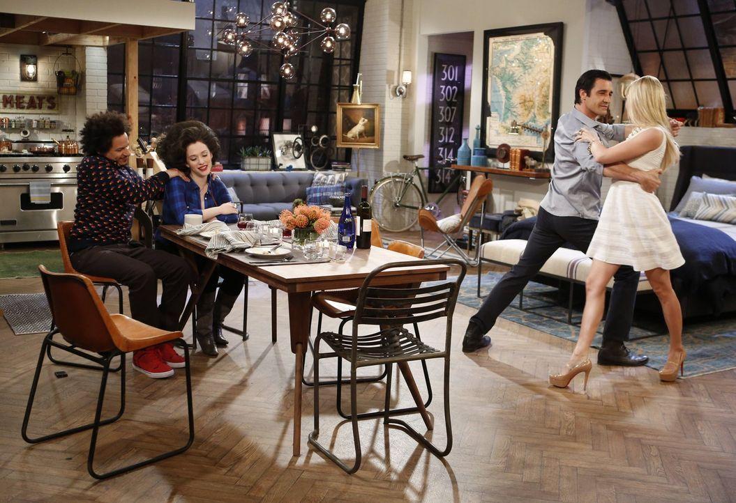 Caroline (Beth Behrs, r.) wird von Nicholas (Gilles Marini, 2.v.r.) zum Abendessen eingeladen und damit sie nichts tut, was sie später bereuen könnt... - Bildquelle: Warner Bros. Television