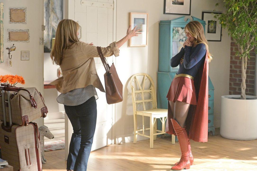 Während sich Kara (Melissa Benoist, r.) über den Besuch ihrer Pflegemutter Eliza (Helen Slater, r.) freut, befürchtet Alex das Schlimmste. Schließli... - Bildquelle: 2015 Warner Bros. Entertainment, Inc.
